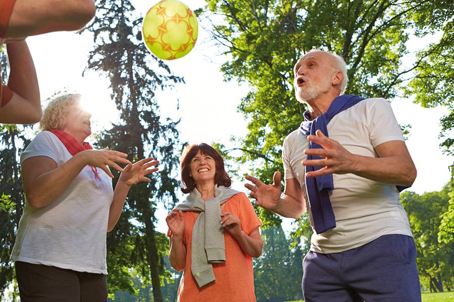Rehasport im Alten- und Pflegeheim Gruppe Senioren spielt mit Ball