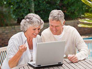 Online Marketing Rehasport - besser gefunden werden von Rehasportlern - Paar sucht am Laptop nach Rehasport Anbietern